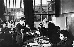 Гордился ли академик Николай Семенов тем, что призывами вернуться в СССР косвенно помог своему другу Петру Капице получить Сталинскую премию (на фото — церемония вручения), так и осталось неизвестным