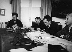 Устав от переписки по делу семьи Сотичевых, глава партколлегии Емельян Ярославский (первый слева) просто списал его в архив