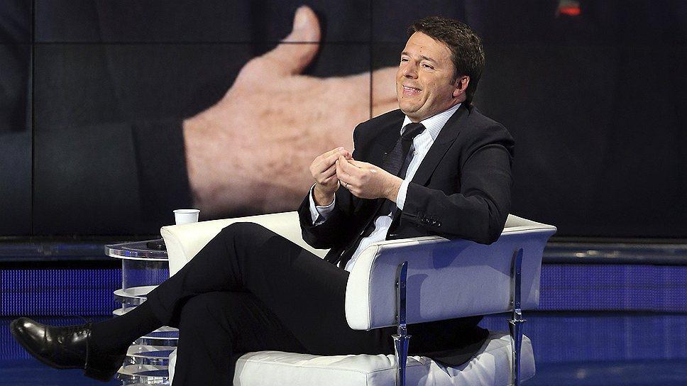 """""""Маленький Берлускони"""" (в кресле) быстро приобретает повадки, характерные для большого (на экране)"""