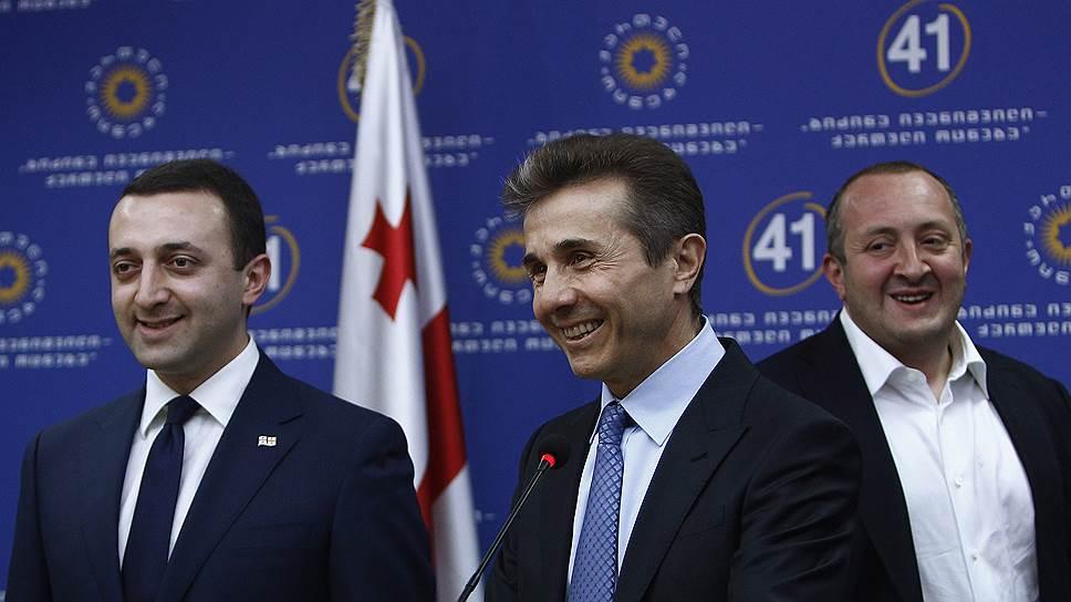 После того как Бидзина Иванишвили (в центре) отошел от активной политической жизни, альянс между президентом Грузии Георгием Маргвелашвили (справа) и премьер-министром Ираклием Гарибашвили (слева) был разрушен