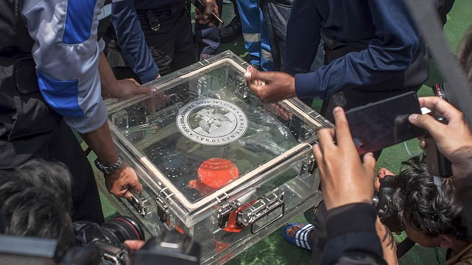 Обнаруженный бортовой самописец рухнувшего индонезийского лайнера оказался поврежденным