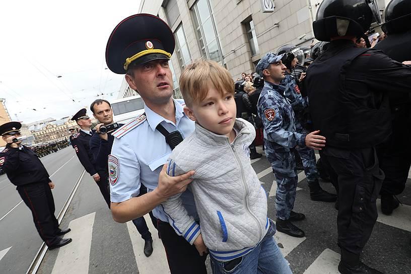 Кадры с акций протеста по России