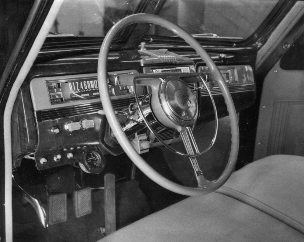 Органы управления броневика идентичны серийному ЗИС-110, только слева от рулевой колонки добавлены масляный манометр, выключатель центральной фары, переключатель двухтонального и трехтонального гудков, переключатель света щитка и плафона шоферского отделения. Справа установлены ручка переключения дублирующей системы зажигания и рубильник второго аккумулятора