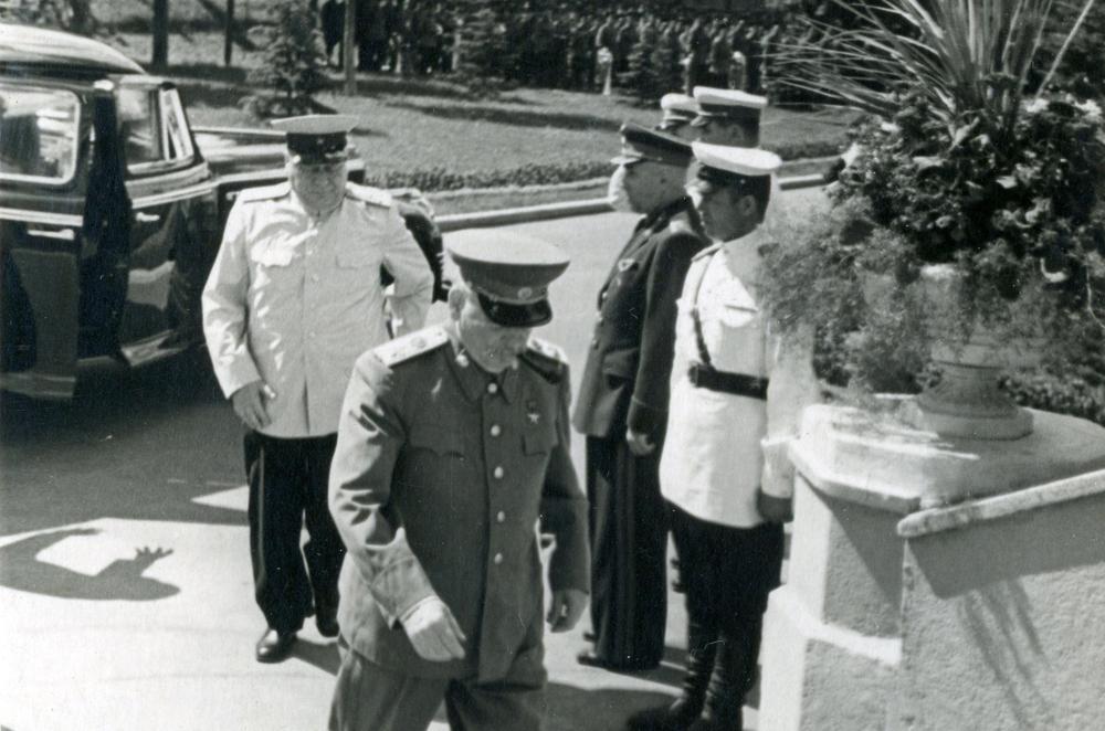 Надежный тыл: за спиной Сталина в белом кителе – генерал Власик, за Власиком – броневик ЗИС-110СО. Тушинский аэродром, 27 июля 1952 года. Фото: РГАКФД
