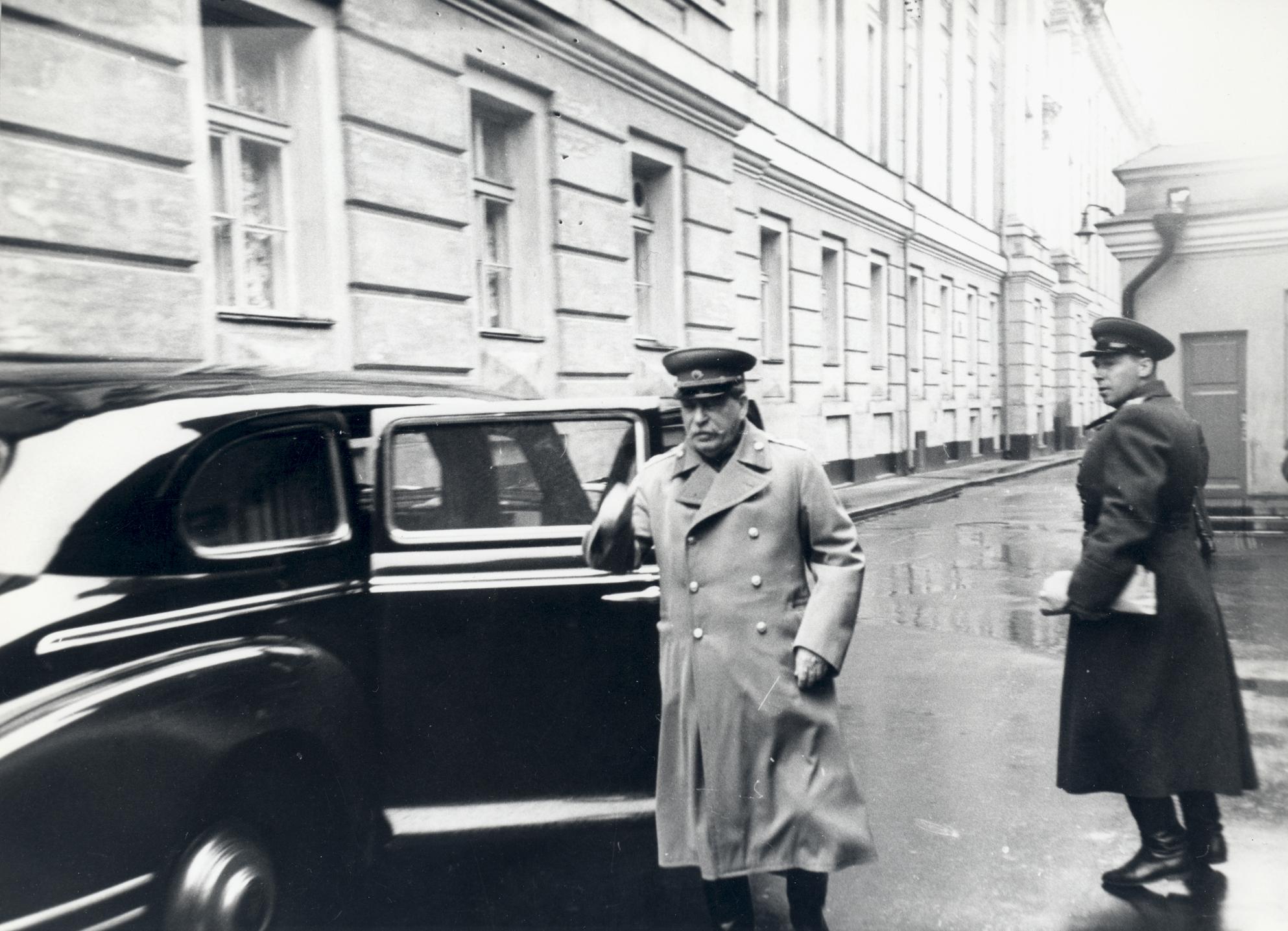 Этот снимок выходящего из ЗИС-115 Иосифа Сталина – одна из последних прижизненных фотографий вождя, сделанная 7 ноября 1952 года. Броневик остановился между Сенатским дворцом и Кремлевской стеной напротив прохода к Мавзолею. Фото: РГАКФД