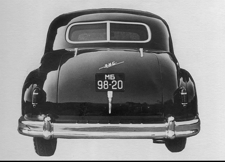 Заднее стекло ЗИС-110С состояло из двух половинок, что выдавало в нем броневик. Впоследствии стекло сделали без стальной перемычки