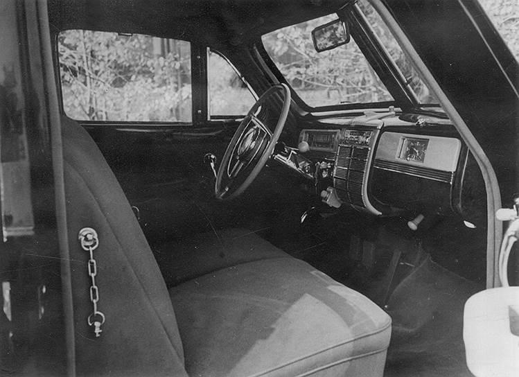 Водительское отделение ЗИС-110С. Двери и сиденья с тканевой обивкой. Слева видна «страховочная» цепочка для закрывания тяжеленной двери. Фото: ГАРФ