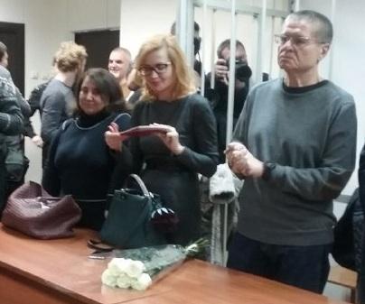 Адвокаты Дареджан Квеидзе (слева), Виктория Бурковская и подсудимый Алексей Улюкаев