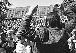 Люди на площади сначала требовали появления Александра Дзасохова, а потом его отставки