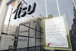 Еще одной жертвой отравления Александра Литвиненко стал лондонский суши-бар Itsu (надпись на витрине: «Вследствие деятельности России/КГБ мы временно закрыты, пока Скотленд-Ярд проводит расследование. Извините»)