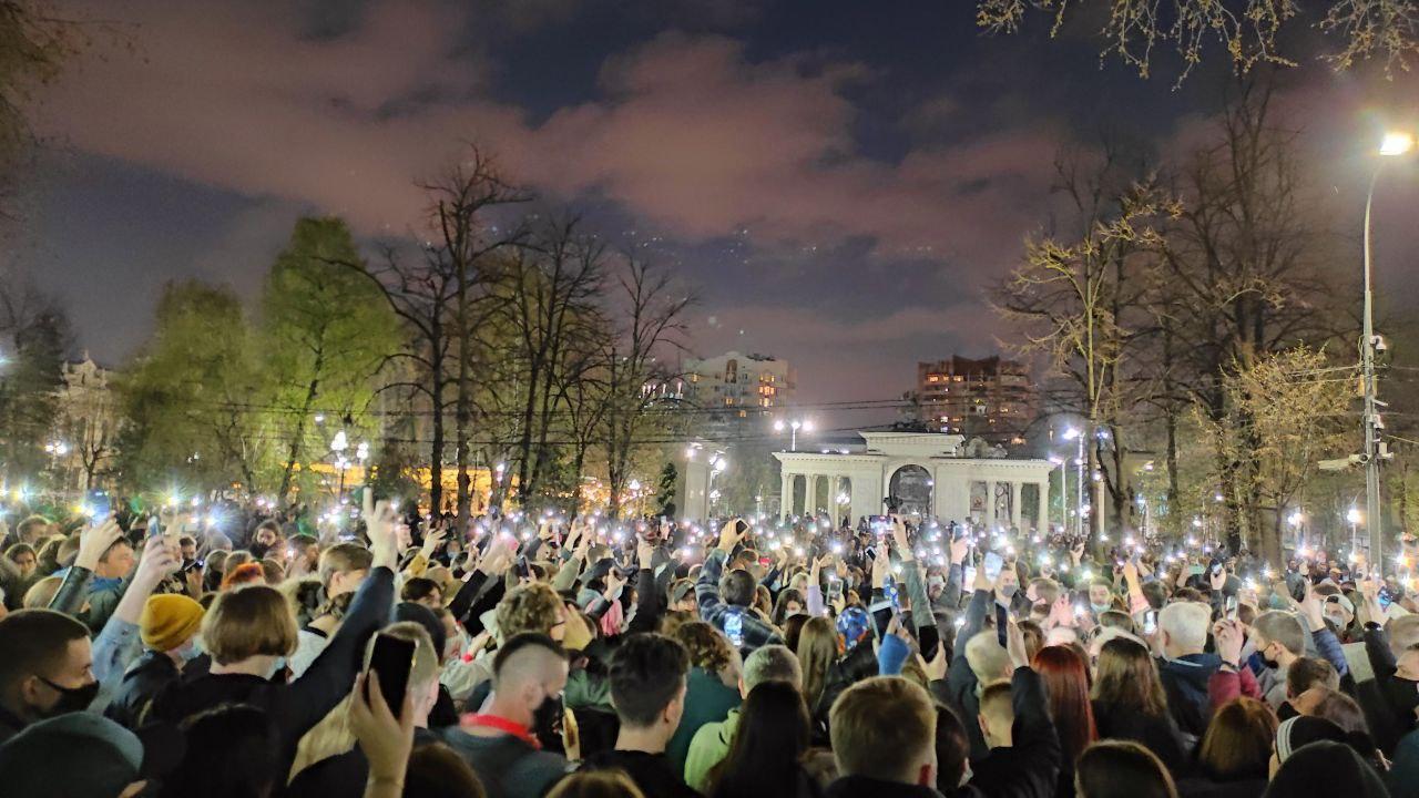 Краснодар. Митингующие зажгли фонарики возле краевой администрации