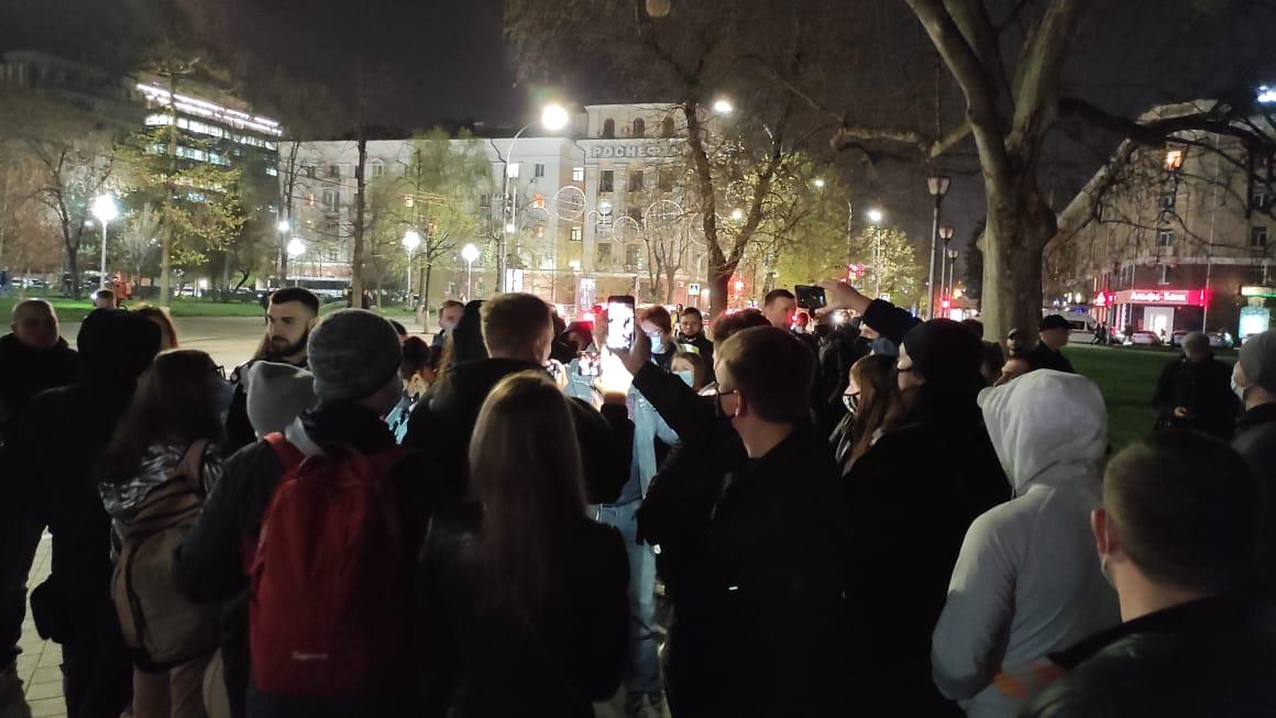 Ближе к 21.00 протестующие начали организованно расходиться
