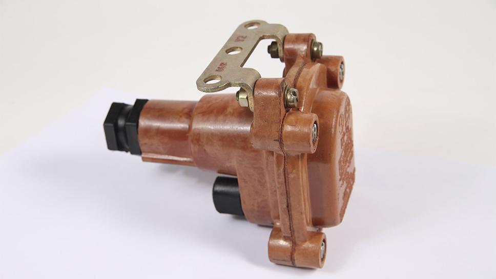 Первое изделие, выпущенное на заводе - кнопочный пост КУВ-2, который использовался в шахтах.