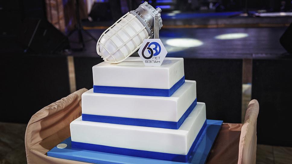 Необычный праздничный торт в честь 60-летнего юбилея завода ВЭЛАН.