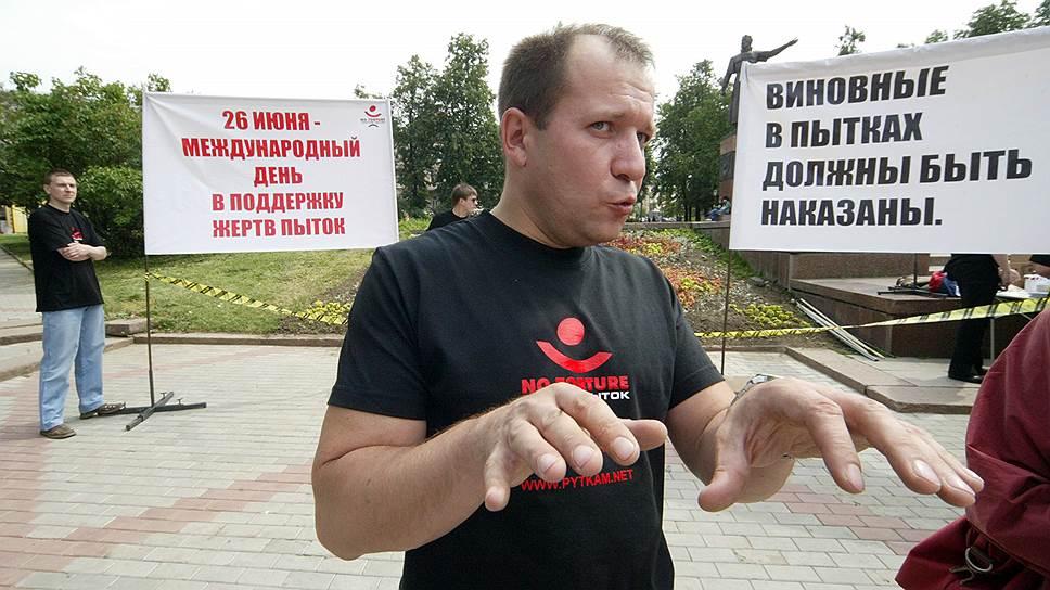 Председатель Комитета против пыток Игорь Каляпин выступает на митинге, приуроченном к Международному дню поддержки жертв пыток в 2007 году