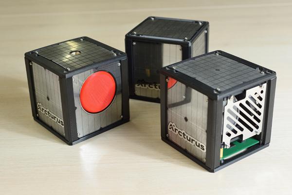 Одно из направлений центра «Арктурус» — техническое сопровождение подготовки полезной нагрузки малых космических аппаратов. На фото — макеты спутников формата CubeSat размерностью 1U