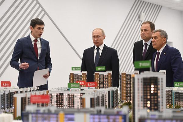 Радик Салимгараев, генеральный директор компании «Унистрой» (слева), Владимир Путин, президент Российской Федерации, Рустам Минниханов, президент Республики Татарстан (справа)