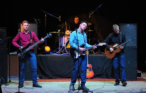 Фрагмент выступления группы Эльдара Валиахметова (в центре) на фестивале «Рок всем»