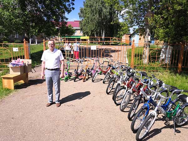 Директор ПО «КЭС» Анатолий Филатов с подарками для воспитанников детского дома