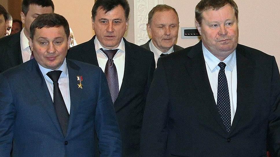 По мнению Владимира Устинова (справа), герой России Андрей Бочаров (слева) справится стем, что неполучилось уСергея Боженова (вцентре)
