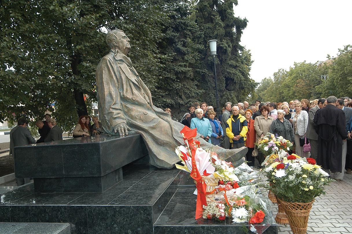 Памятник великому композитору Георгию Свиридову установлен в Курске