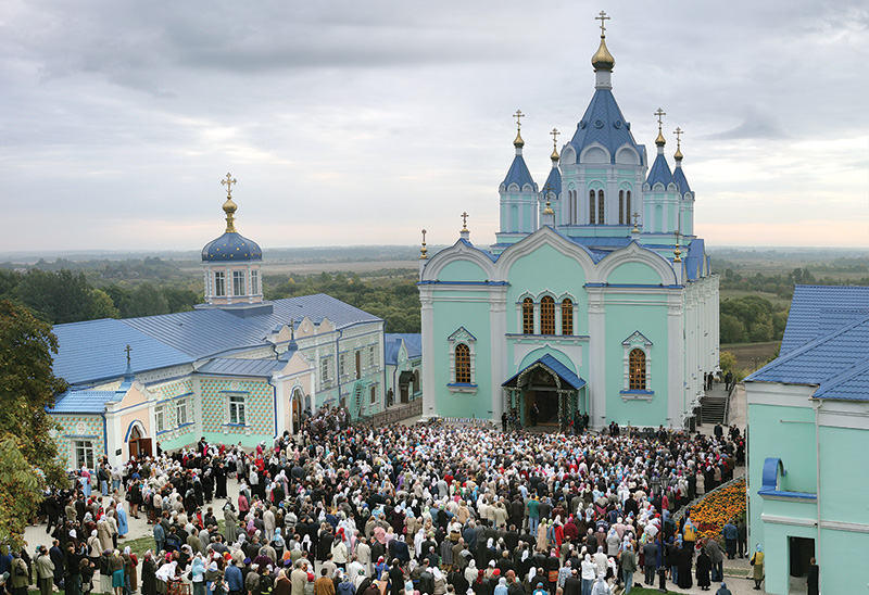 Десятки тысяч  паломников стекаются в Коренную  пустынь в праздничные дни