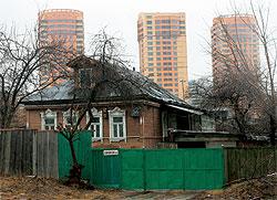 Если не оглядываться по сторонам, Троице-Лыково - настоящая деревня