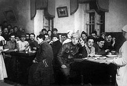 Дома Советов предлагали своим жильцам не только общую крышу, но и общий стол