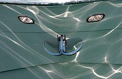 Вода Персидского залива отразилась в носовой части одной из яхт у гостиницы в районе Джумейра