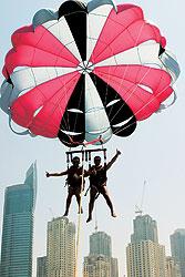 На пляжах туристов катают не только верблюды, но и парашюты