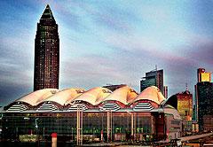 Построенный в 1991 году и внешне напоминающий заточенный карандаш, административный небоскреб франкфуртской выставки MESSETURM вплоть до 1996 года был самым высоким зданием Европы
