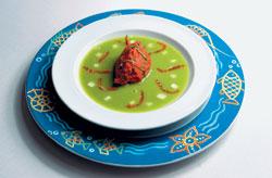 """В рамках акции """"Холодное течение"""" ресторан """"Сирена"""" в числе блюд предлагает холодный суп из малосольных огурцов и лосося с помидорным сорбетом"""