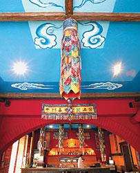 Лоскутные фонари, панно и маски сливаются в «Шангшунге» в одну пеструю картину