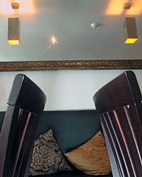 В кафе «ZигZаг» — мебель темного дерева, черные кожаные диваны, светло-серые стены
