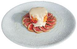 ...а в Maisoncafe — карпаччо из инжира с тартаром из персика и клубники под соусом «Сабайон»