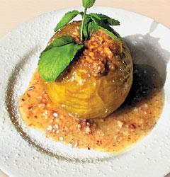 В «ЛеГато» сегодня начался яблочный сезон, его можно отметить яблоком, запеченным в медово-ореховом соусе