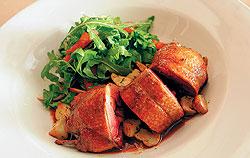 Гордость China Club — запеченный голубь с зеленым салатом и обжаренными белыми грибами