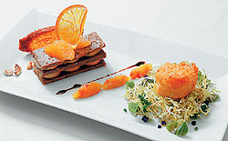 В ресторане «Грандъ Александр» фуа-гра подают с террином из зайчатины c яблоками, начиненными сыром «бофор», и французским бриошем