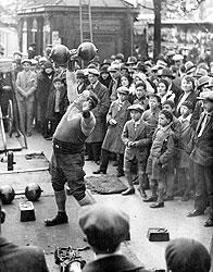 В начале XX века кумирами общества стали спортсмены и люди со спортивной фигурой, а его бичами — малоподвижный образ жизни и тучность