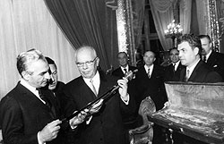Вослед сабле и макету Останкинской башни иранский шах Реза Пехлеви получил от СССР техническую и экономическую помощь