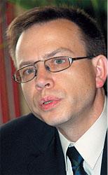 Директор погарской фабрики Игорь Моисеев не довольствуется нишей дешевых сигарет и папирос. В Брянской области с его подачи теперь крутят сигары и выпускают трубочный табак