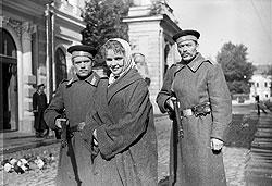 """В романе """"Воскресение"""" типичный барин Л .Н. Толстой нарисовал типичную историю превращения совращенной прислуги в проститутку и преступницу"""