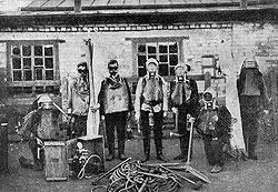 С годами шахты Юза стали такими глубокими, что спасатели все больше походили на водолазов