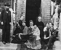 В ранний период творчества Фрэнка Ллойда Райта (второй справа) за его спиной всегда была его мать (четвертая справа) и ее многочисленные родственники