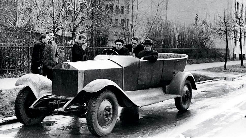"""""""Роллс-Ройс"""" в процессе восстановления на авторемонтном заводе с использованием двигателя, трансмиссии и мостов от ГАЗ-51. Эти агрегаты стоят на автомобиле до сих пор, а полноценная реставрация в планах не значится."""