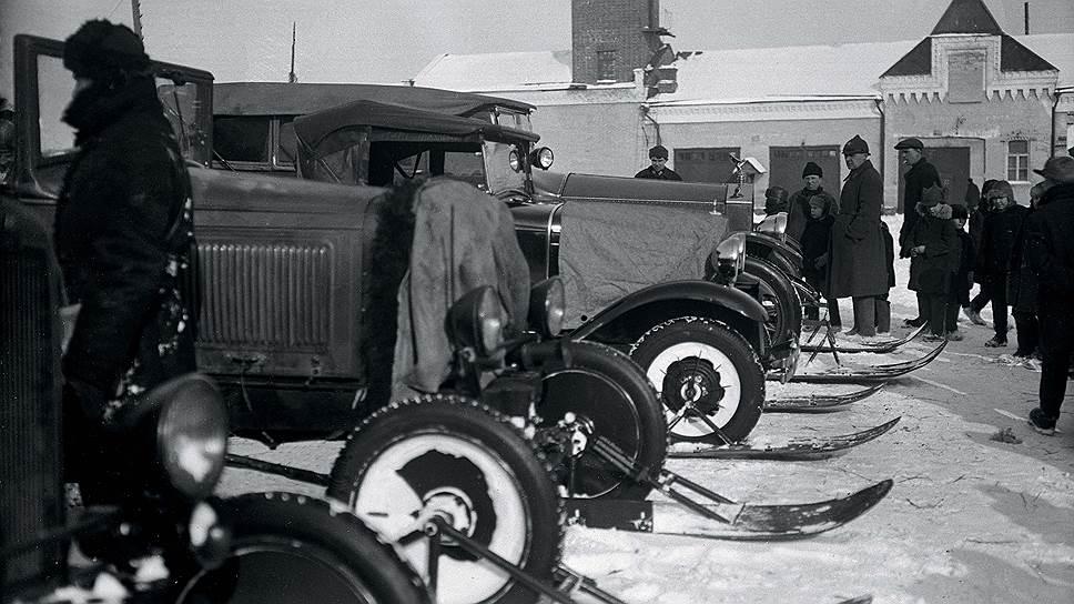 """Один из пробегов """"Автодора"""" начала 1930-х годов: лыжи и гусеницы тогда ставились на все - от """"Фордов"""" до грузовиков. """"Роллс-Ройс"""" выделяется своим массивным капотом с фигуркой """"серебряной леди"""". Но вот какой из двух полугусеничных """"Роллс-Ройсов"""" запечатлен на фото - пока неизвестно."""