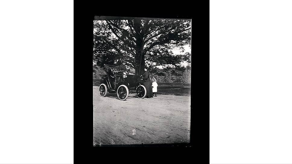 """Электромобили императрицы Марии Федоровны и королевы Александры были американской марки, но изготовила их британская City and Suburban Electric Carriage Company, расположенная в Лондоне на Денман-стрит - это в двух шагах от площади Пикадилли. Отличались две машины только органами управления: у электромобиля британской королевы ось рулевого рычага находилась по центру, а у """"Коламбии"""" российской императрицы - с правой стороны."""