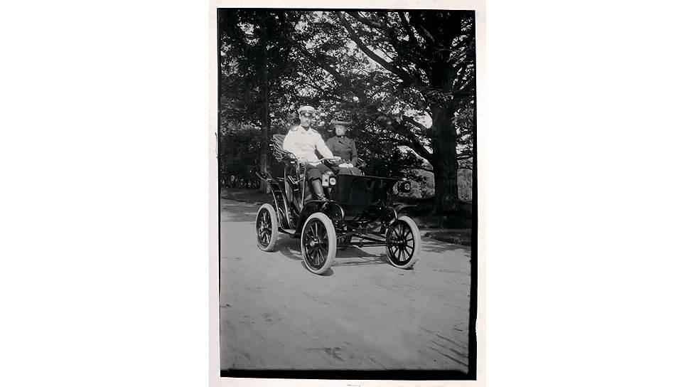 """Еще одно фото из альбома Ксении и снова """"за рулем"""" великий князь Михаил Александрович. Судя по его дневниковым записям, """"Коламбия"""" использовалась только для поездок по гатчинскому парку или по Петергофу. Запас хода электромобиля составлял 60-70 км, что ограничивало его использование."""