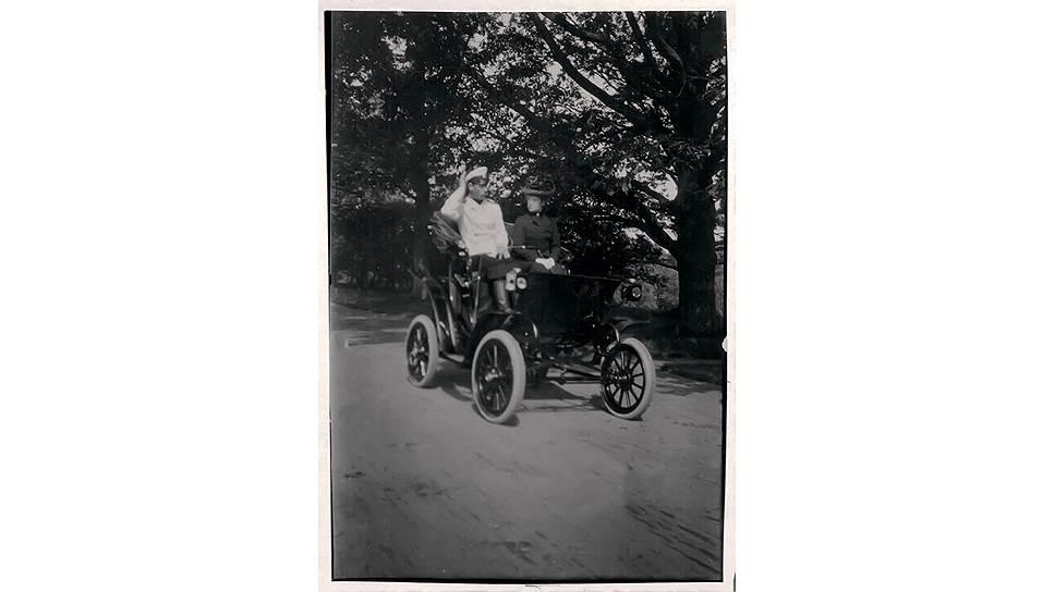 Великий князь Михаил Александрович и императрица Мария Федоровна в электромобиле Columbia Victoria Phaeton. Снимок сделан великой княгиней Ксенией Александровной в июле 1902 года в парке Александрия, как следует из подписи в ее альбоме фотографий.