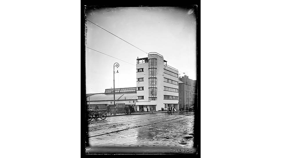 Гараж Наркомтяжпрома выполнен по классическим канонам советского архитектурного авангарда: высокая доминанта административного здания и протянувшееся вдоль набережной помещение для автомобилей. Низкие и длинные окна тянутся вдоль всего фасада, лестничные пролеты остеклены, а само остекление сделано полукруглым. А сверху - обязательная крыша-терраса.